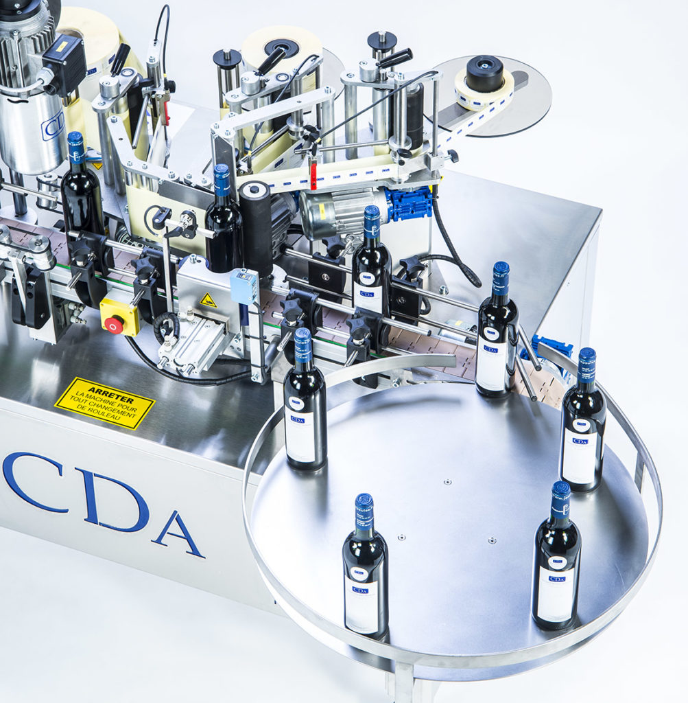 R1000, CDA's automatic labeling machine for beverages bottles.